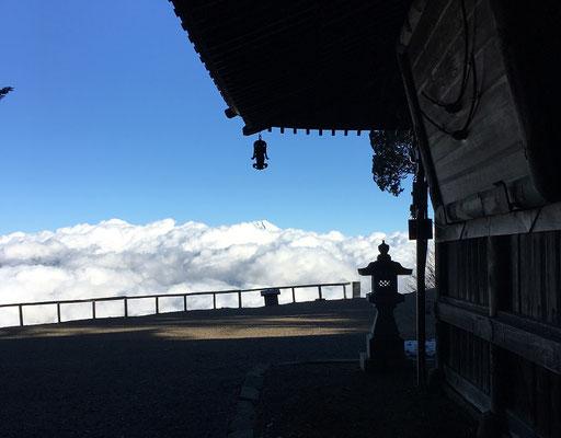山門と雲海