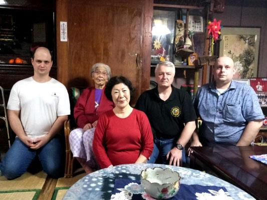 Во внутренних покоях дома семьи Уэчи с госпожой Шиге (!00 лет) - вдовой Уэчи Канэя (1911-1991), 2-го Патриарха Уэчи-рю  и госпожой Сумико (75 лет) - вдовой Уэчи Канмэя (1941-2015), 3-го Патриарха Уэчи-рю. Гинован, Окинава, Япония.