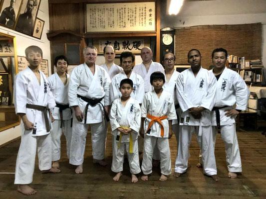 После очередной тренировки в додзё семьи Уэчи - Сокэ Шубукан с Уэчи Кансё Сэнсэем, Уэчи Кандзи Сэнсэем - 4-м поколением Патриархов Уэчи-рю каратэ-до и Уэчи Хиромаса Сэнсэем, братом Уэчи Канмэя Сэнсэя - 3-го Патриарха стиля. Гинован, Окинава, Япония.