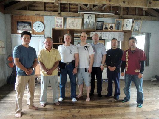 В додзё Уэчи Хиросада Сэнсэя, сына Уэчи Кансэя и внука Уэчи Канбуна. Наго, полуостров Мотобу, Окинава, Япония.