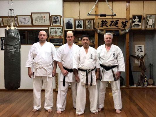 После интенсивной тренировки в одном из додзё Симабукуро Харюёси Сэнсэя. Наха, Окинава, Япония.