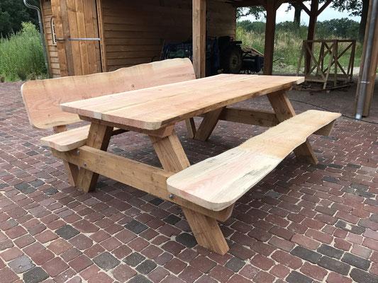 Picknicktafel met aan een zijde rugleuning van onbewerkt Douglas hout