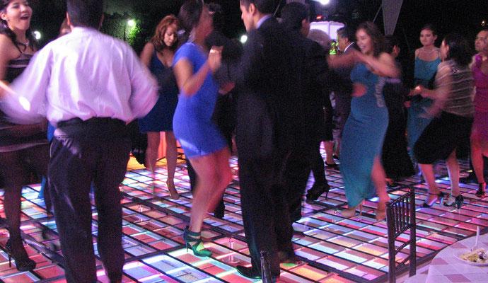 bailando sobre pista iluminada Karaoke Luz y Sonido