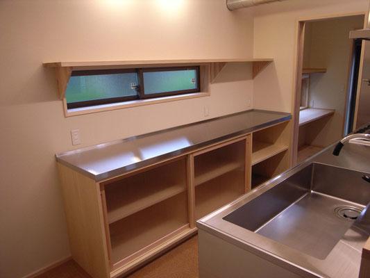 キッチン背面  フロア収納