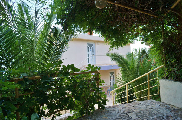 Апартаменты с бассейном в первом ряду на Чиово, Трогир