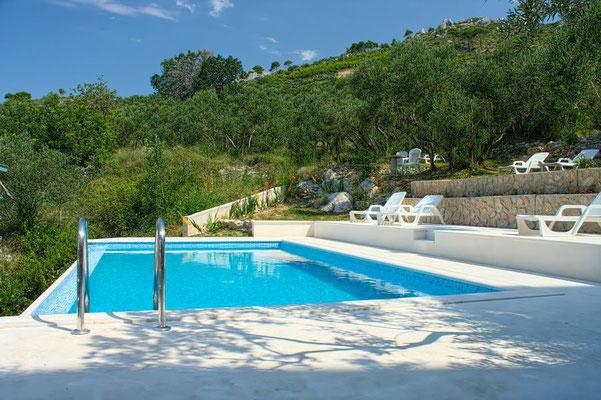 Апартаменты с бассейном на Макарской ривьере, отдых в Хорватии с детьми