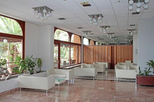 Отель санаторий Биоковка, Макарска. Отдых и лечение круглый год. Сосны на пляже. Теплый бассейн с морской водой.