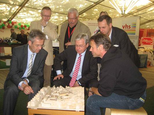 Bürgermeister Böhrnsen informierte sich über die Planung für das GESTRA-Gelände - mit dabei (v.l.) Karsten Nowak (Handelskammer), Reiner Bischoff (Ortsamt West), Otto Bremicker und Andreas Eckert (Findorffer Geschäftsleute) mit Ulf Jacob (LiF).