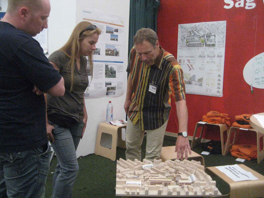 Christian Saupe-Wüst (LiF, re.) erläutert die GESTRA-Planungen