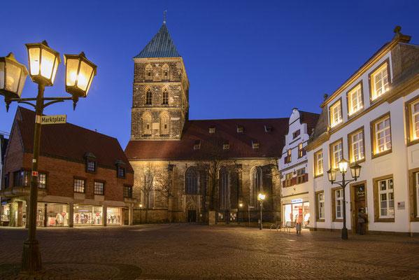 Rheine- Marktplatz und Stadtkirche in der Blauen Stunde.