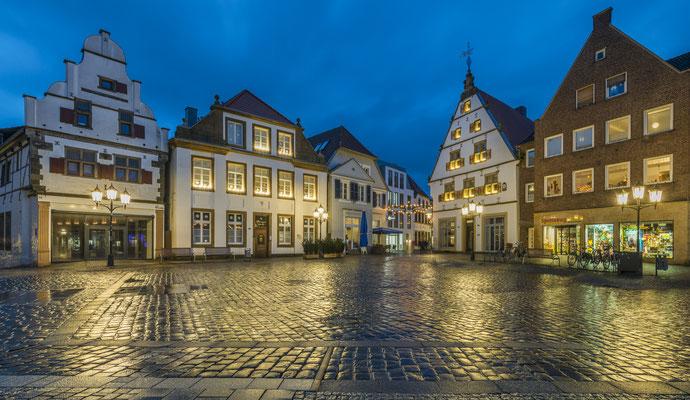 Rheine- Historischer Marktplatz während der Blauen Stunde.