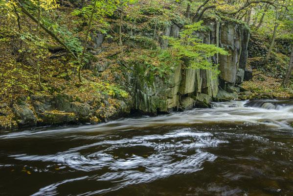 Felsen und Wasser im Bodetal.
