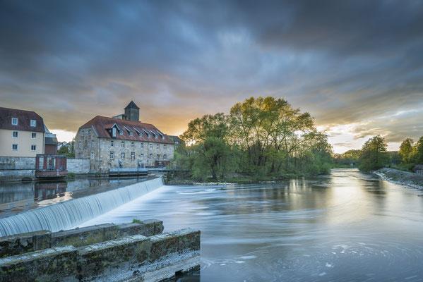 Rheine- Emswehr und historische Mühle im Abendlicht.