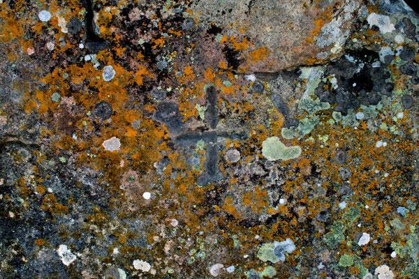 Kreuzmarkierung auf der Deckplatte des Großsteingrabs