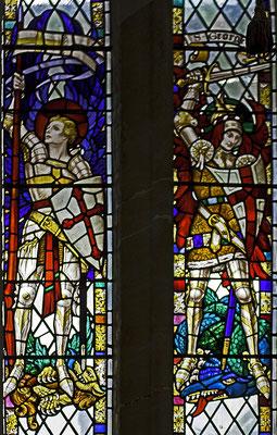 """St. Michael und St. Georg mit dem """"Georgskreuz"""", Fenster der Kathedrale von Exeter, Ende des 19. Jahrhunderts"""