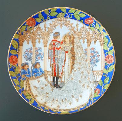 """""""Die Hochzeit"""", Teller der Firma Hutschenreuther aus der Serie """"Die Legende von St. Georg"""" nach einem Entwurf von William und Charlotte Hallett, 1980er Jahre"""