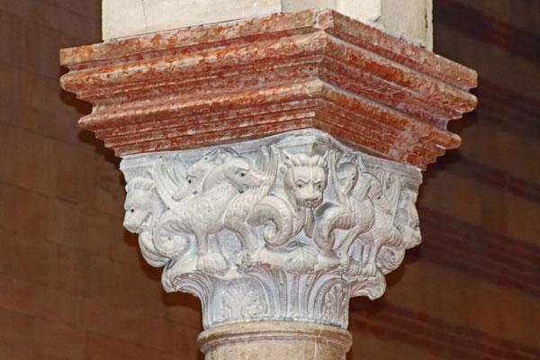 Kapitell mit Löwen und Drachen im Kampf, San Zeno Maggiore, Verona, 13. Jahrhundert