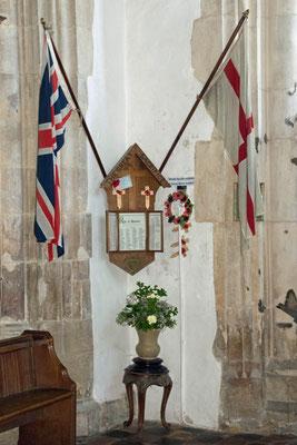 Georgsfahne und Union Flag am Gefallenendenkmal von St. Mary's, Rye