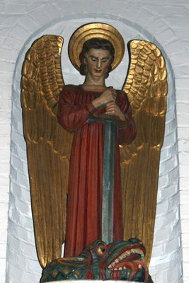 St. Michael, Holzskulptur im Inneren der Masthuggskyrkan, Göteborg, Schweden, 1914, heutiger Zustand