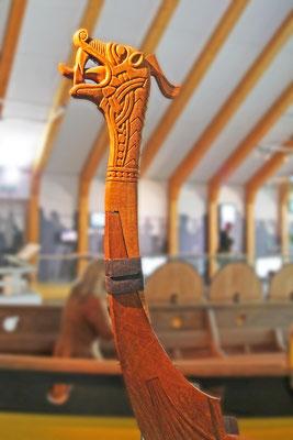 Stevenfigur eines Langschiffs der Wikinger in Gestalt eines Drachenkopfes, 11. Jahrhundert; Rekonstruktion im Wikingerschiffsmuseum Haithabu