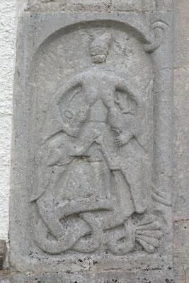 Relief am Nordportal der Kirche von Väte (Gotland) mit der Darstellung von Gunnar in der Schlangengrube (?), 11. Jahrhundert.