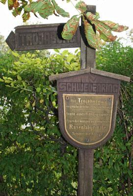 Hinweisschild auf die Trojaburg von Steigra (Zustand 2010)