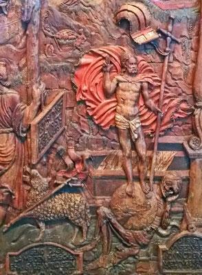 Der auferstandene Christus und das Gotteslamm mit der Siegesfahne, Holzrelief, 16. Jahrhundert