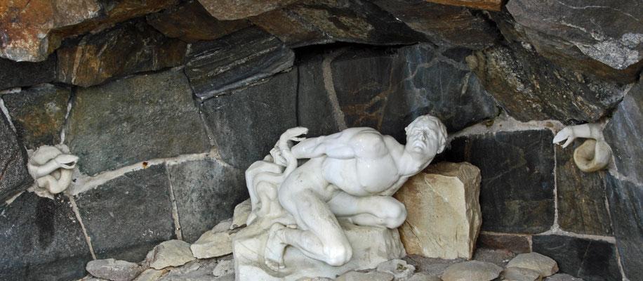 """Loki in der Schlangenhöhle, Skulptur am Fuß des """"Stadthauses"""" von Oslo, 1920er Jahre."""