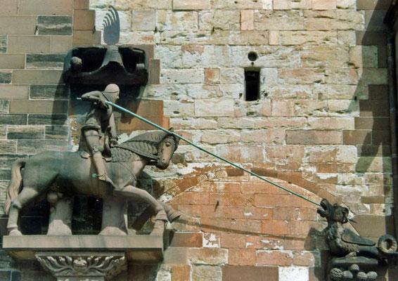 Darstellung des Drachenkampfes an der Fassade des Baseler Münsters