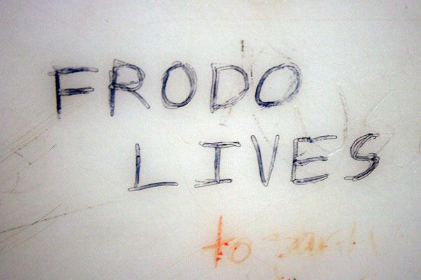 """Frodo Lives!"" graffiti in a public bathroom (Bild: Quinn.Anya, https://creativecommons.org/licenses/by-sa/2.0/deed.en)"