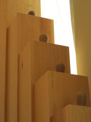 détails jeu de soubasse sous la lumière du vitrail en arrière de l'orgue