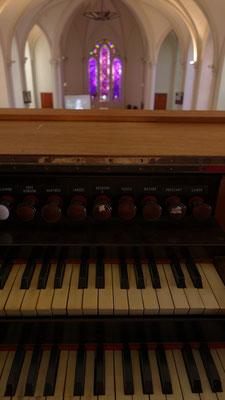 Un clavier face à la nef