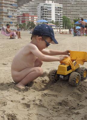 la pelleteuse... un classique des vacances à la plage !