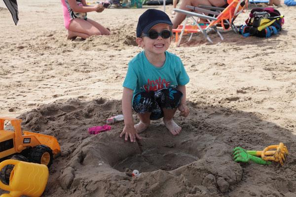 ...et un grand trou dans le sable