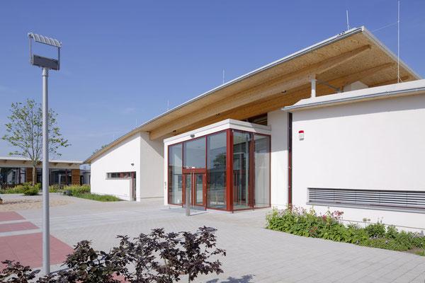 Schräge Dachkonstruktion als Markenzeichen der Schule