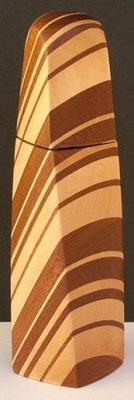Pfeffermühle aus Holz vn Ahorn-Sipo Mahagoni: gewundene Form, ca. 18 cm hoch.