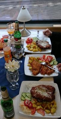 Essen im Speisewagen