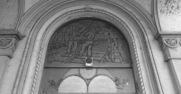 Gleisbauarbeiter im Fensterglas