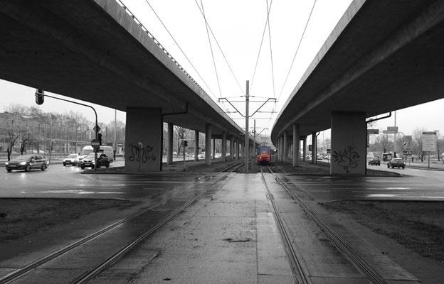 an der Straßenbahn-Haltestelle Bahnhof Kaliska