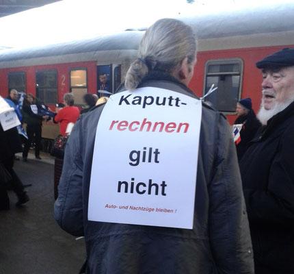 Mitarbeiter protestieren nach der Ankunft in Paris