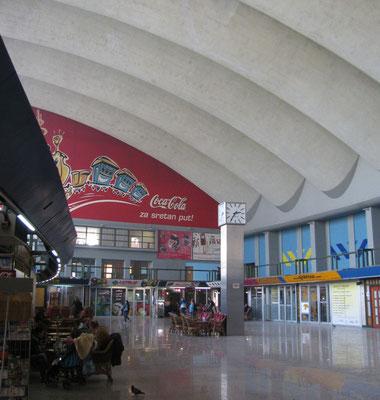 Bahnhofshalle mit Cola-Werbung
