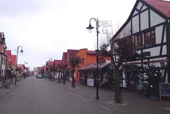 """Fußgängerzone mit Restaurant """"Kutter"""" am Morgen"""