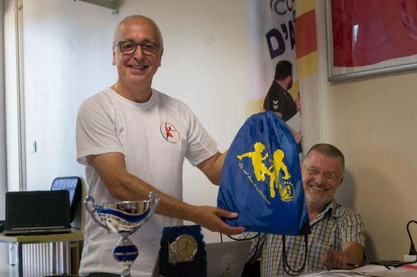 La récompense pour l'école de hand de la JA Isle Handball (label de bronze) qui a été remis par M. Buisson