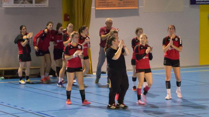Les joueuses de la JA Isle Handball remercient le public.