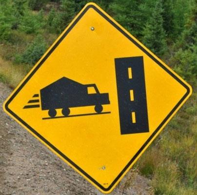 Lastwagen fährt in die Strasse