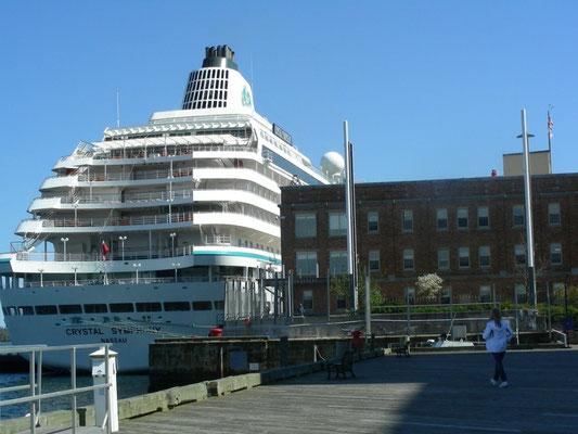 Kreuzfahrtschiff im Hafen von Halifax