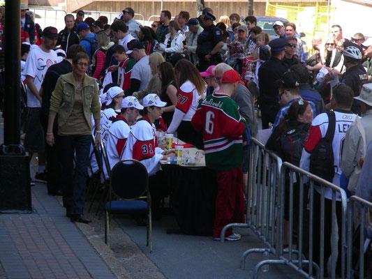 Autogrammstunde der Eishockeymannschaft
