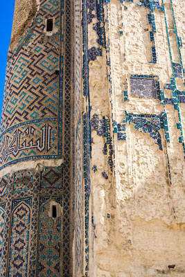 There are three types of tiles, with a monochrome light blue decor, with polychrome decoration (violet, blue, green, yellow, orange, red, black and white) and decorated with polychrome tiles with gold