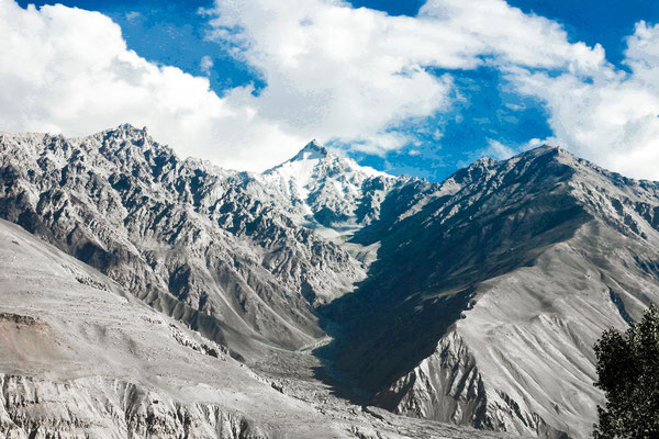 Lunkho e Dosare is a mountain in the Hindu Kush mountains. It has an elevation of 6,901 m. (22,641 ft) and sits on the international boundary between Afghanistan and Pakistan