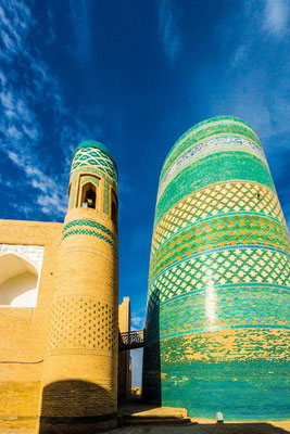 Left the Guldasta tower from the Muhammad Amin Khan madrasah - right the Kalta minaret (short or green minaret)